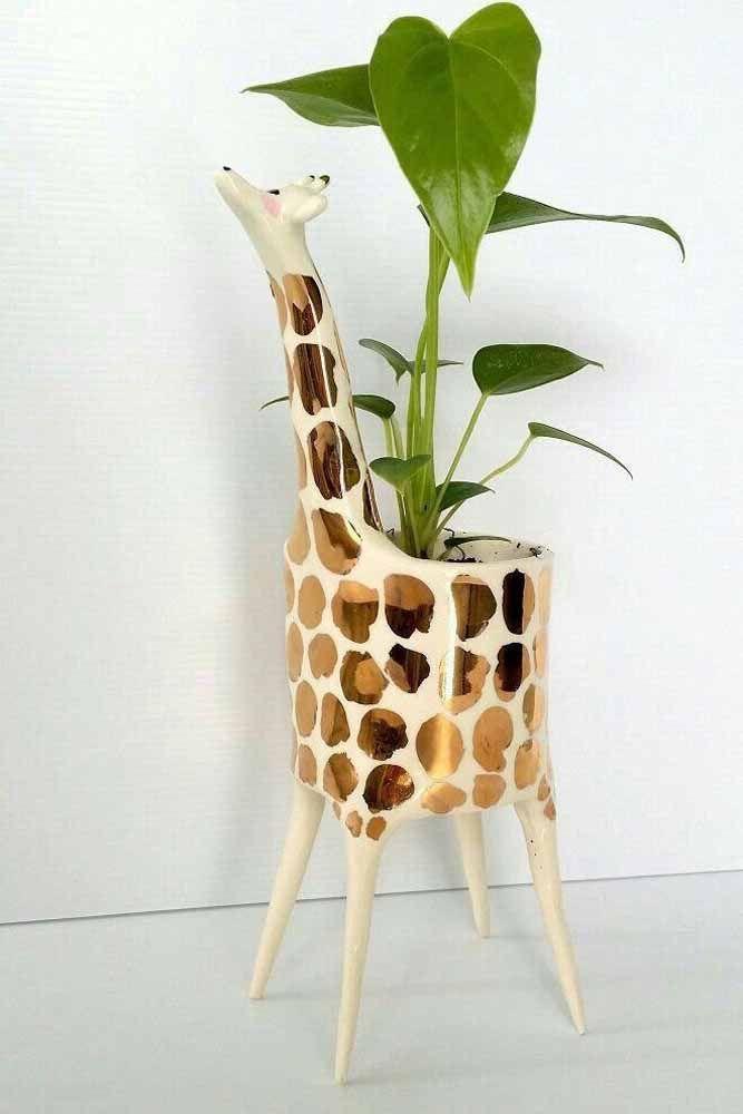 Uma girafinha pra lá de estilosa para decorar e abrigar a folhagem verde escura