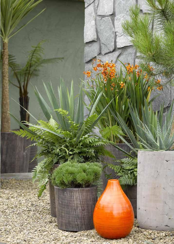 Cimento e cerâmica formam a composição de vasos desse jardim