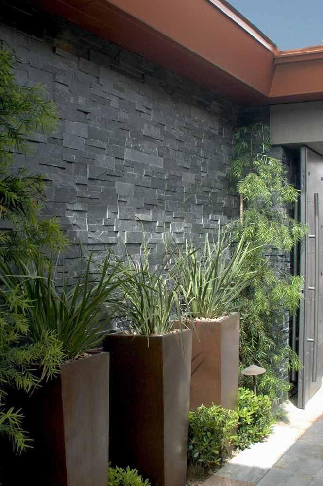 Os vasos altos de polietileno deixam a entrada da casa mais nobre e elegante