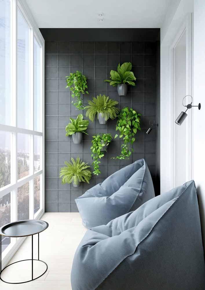 Nesse jardim vertical, a tela aramada oferece o apoio necessário para a sustentação dos vasos