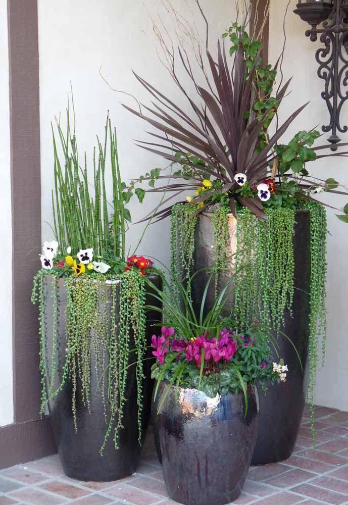 Para os vasos altos, uma composição sortida de folhas e flores