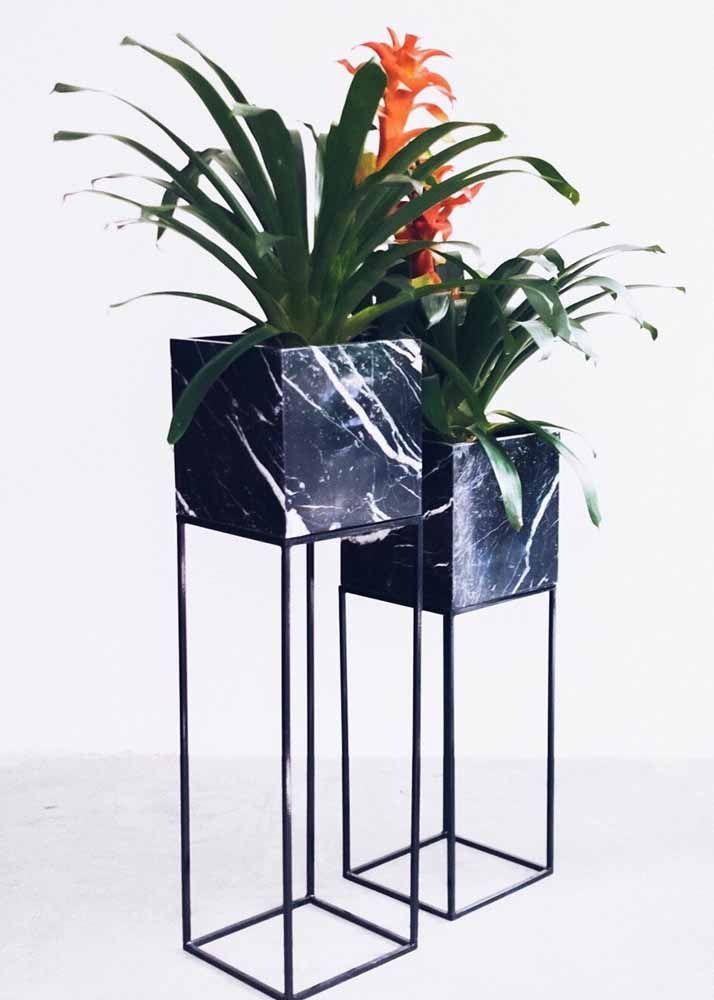 O que acha dessa composição moderna e arrojada de vasos para as bromélias?