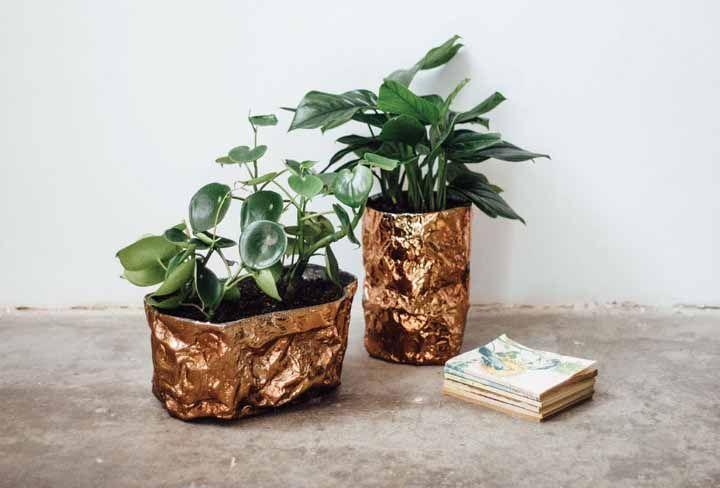 Um leve toque de dourado na base dos vasos para garantir aquele ar de refinamento ao conjunto