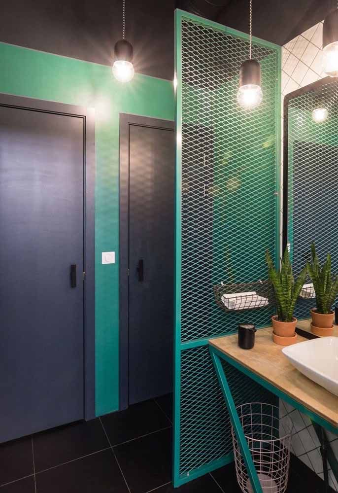 O banheiro moderno, de base cinza, apostou na tonalidade verde água para criar contraste e alegrar o ambiente
