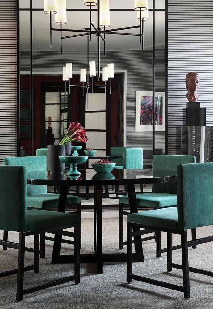 A elegância e a sofisticação pedem passagem nessa sala de jantar que apostou no uso do verde água com o preto