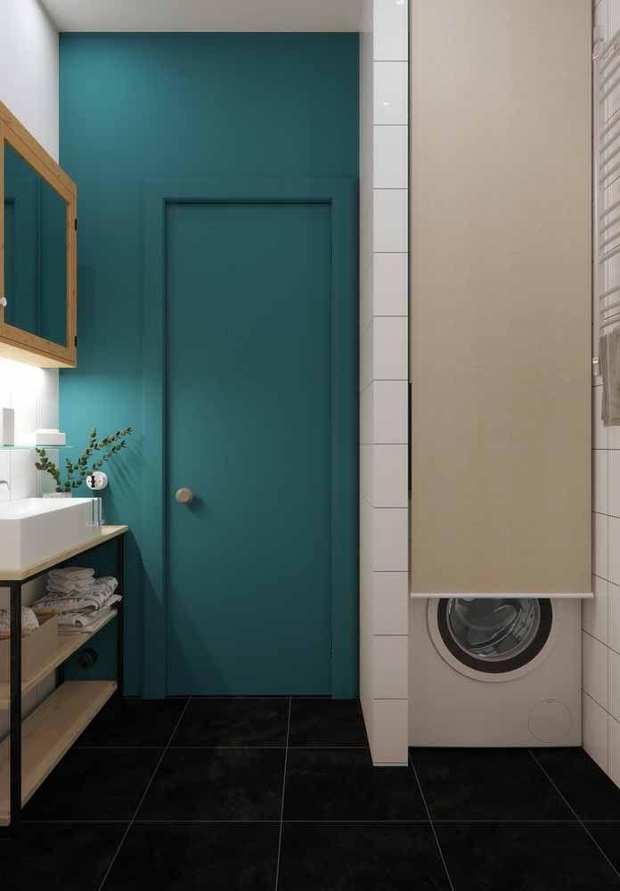 Banheiro e área de serviço integradas e valorizadas pelo uso do verde água na parede principal