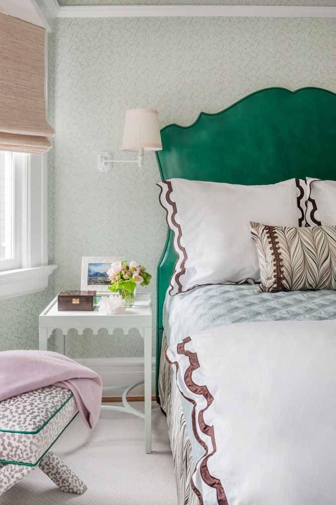 A cabeceira de estilo clássico ganhou destaque com o verde água; no restante da decor é o rosa que domina a cena