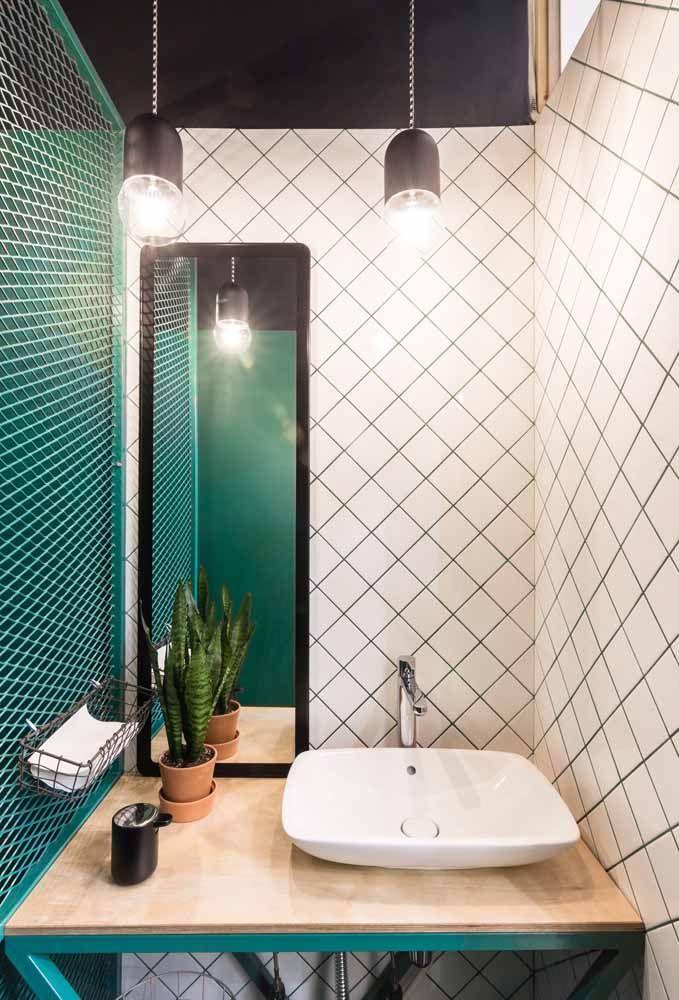 Ainda no mesmo banheiro, só que agora para mostrar a bancada da pia planejada em preto e branco acompanhada pelo verde água