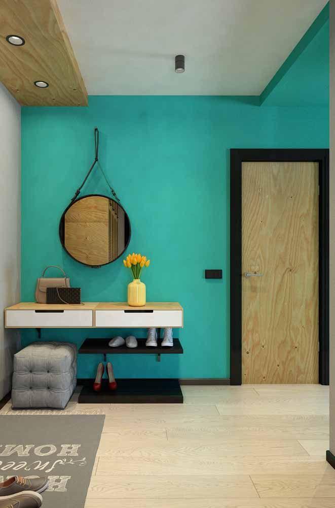 O ambiente integrado buscou referencias atuais para compor uma decor moderna, entre elas estão o cinza, a madeira de pinus e um verde água no meio para erguer o astral do ambiente