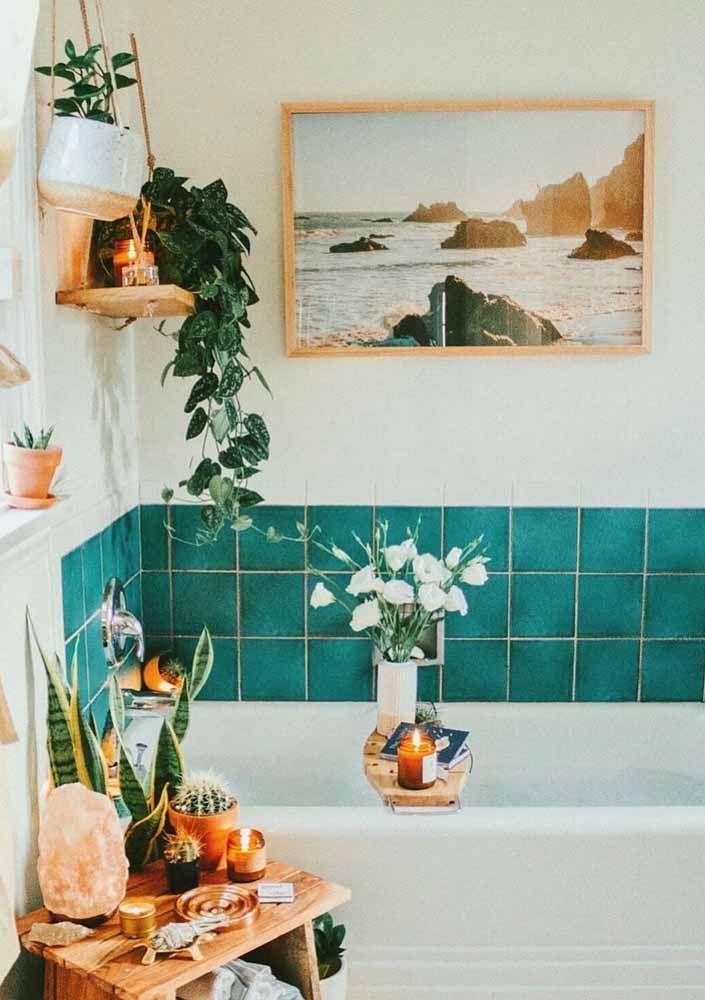 O verde água combinado com o verde natural das plantas é um convite para o relaxamento e a tranquilidade