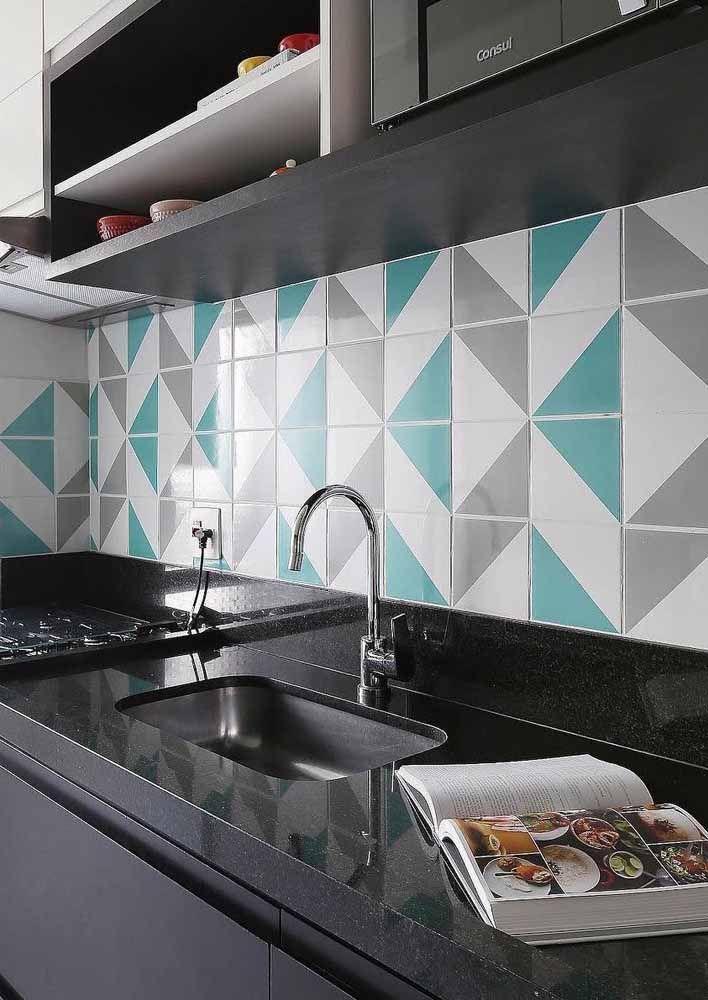 Composição geométrica em verde água e cinza para decorar a bancada da cozinha