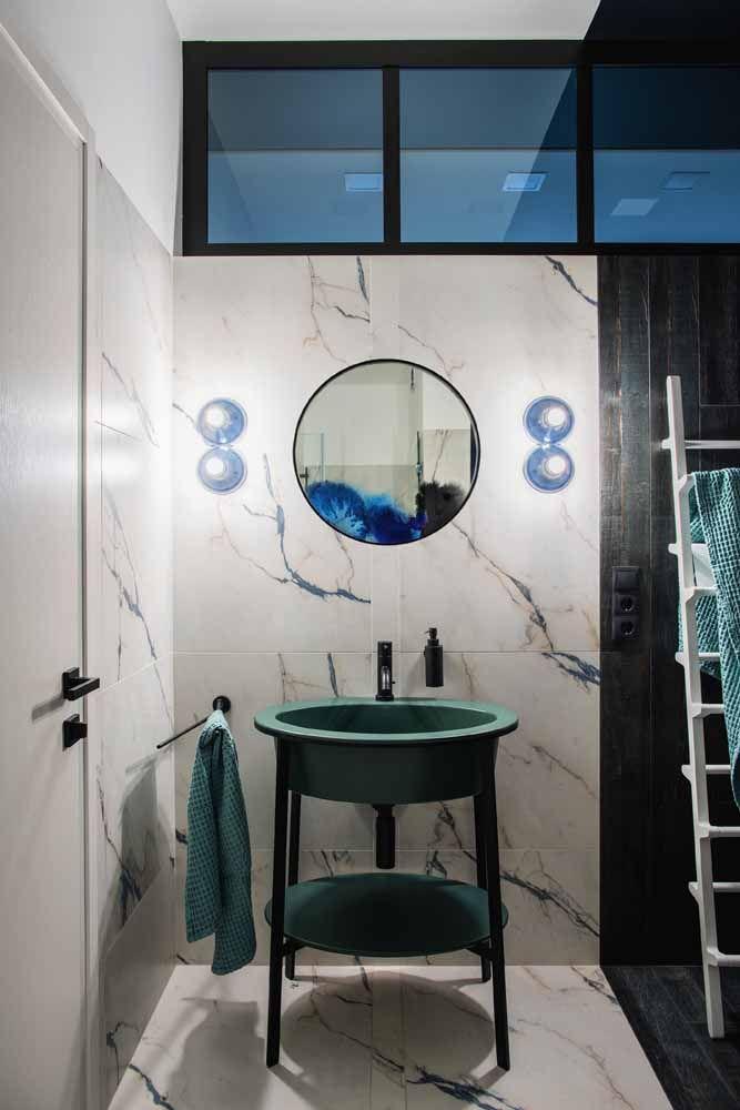 Banheiro de fundo preto e branco ousou no design e na cor da cuba; o verde água é complementado pelos toques discretos de azul