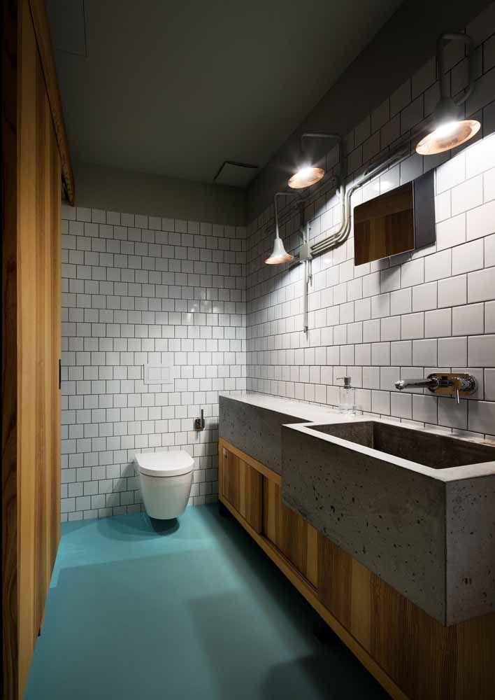 O banheiro, também de influência industrial, arriscou um piso verde água para se iluminar
