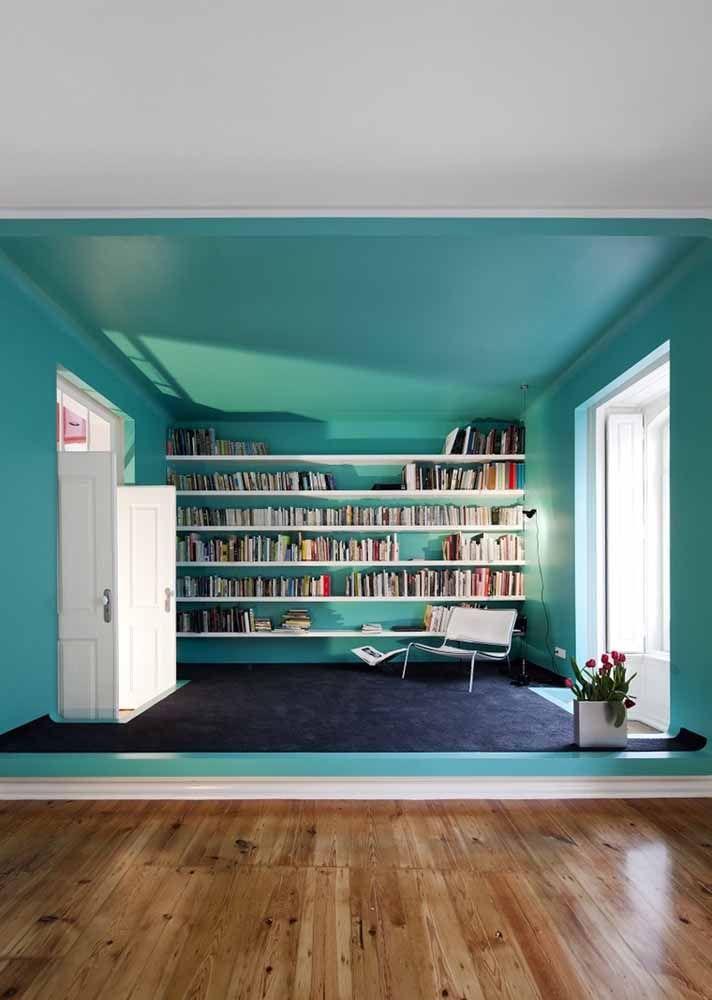 A área reservada a pequena biblioteca dessa casa foi toda pintada de verde água; será que dá para ler um livro sossegado ali? No que depender da cor, sem dúvida