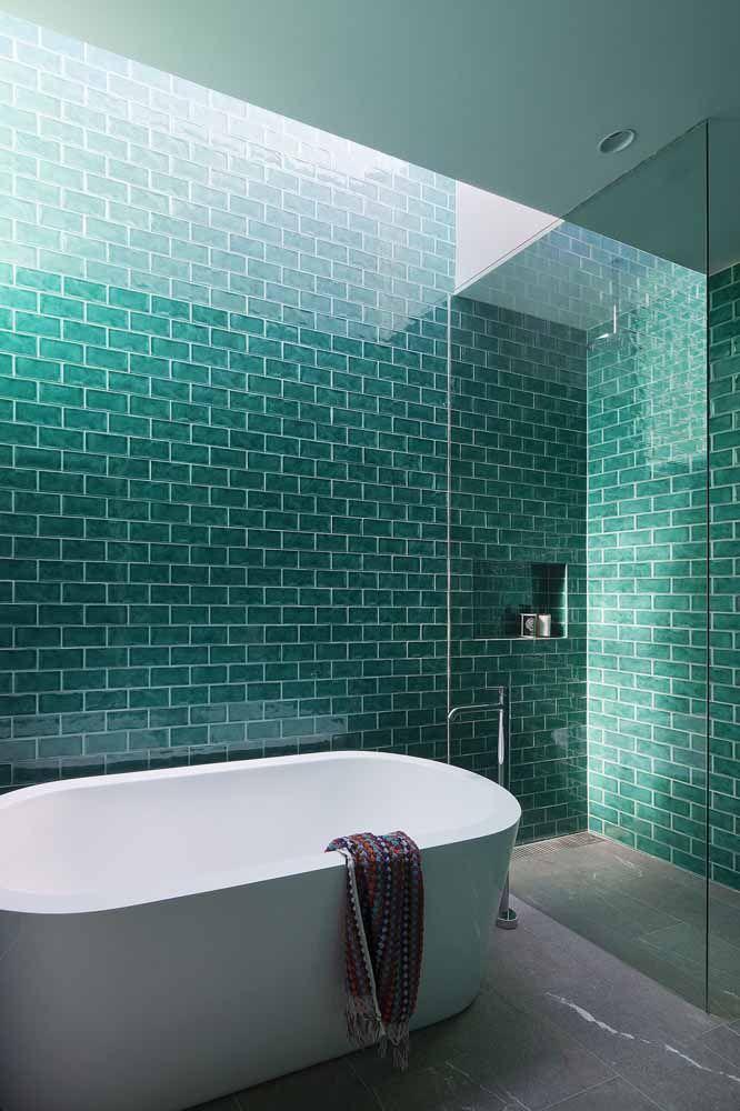 Para a tranquilidade fluir totalmente nesse banheiro, a opção foi usar azulejos de metro na tonalidade verde água