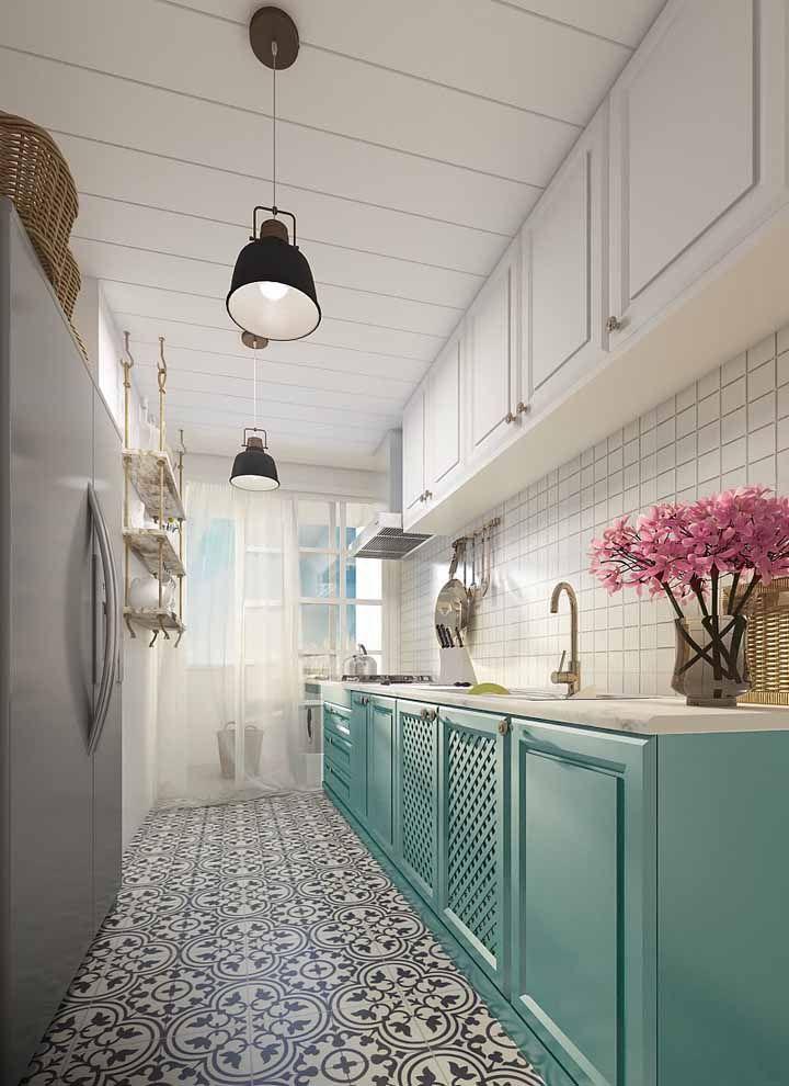 Mesmo estreita essa cozinha corredor conseguiu usar cor sem ficar sobrecarregada