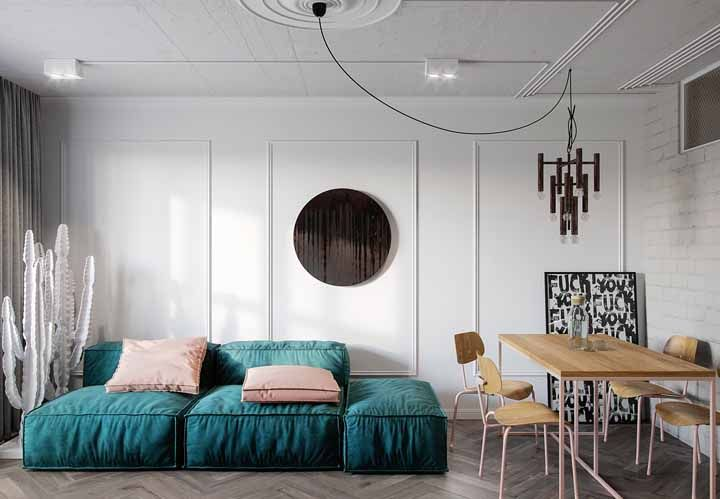 Um confortável e relaxante sofá verde água