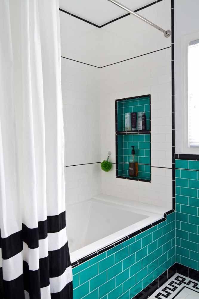Aqui, os azulejos de metro verde água também se destacam, mas na presença marcante do preto e branco