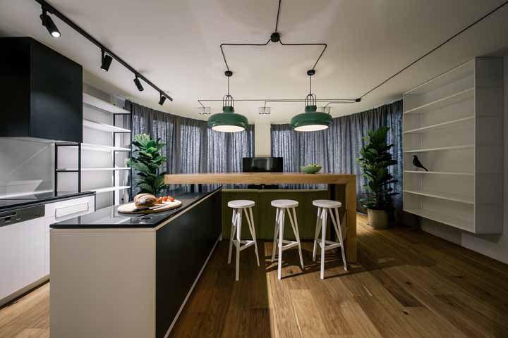 Os tons de verde aparecem em diversos pontos nessa cozinha; o verde água, no entanto, foi escolhido para colorir as luminárias