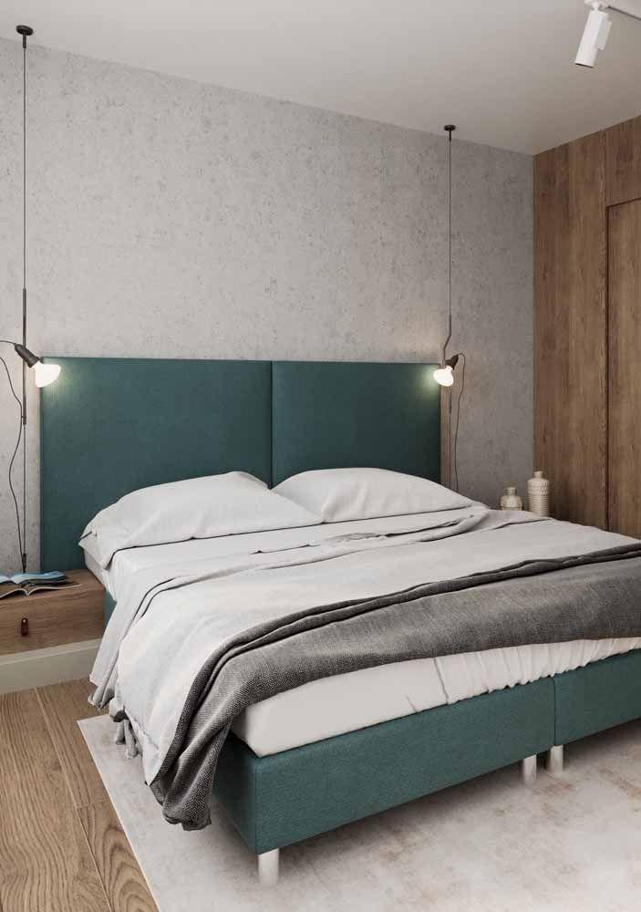 Já esse quarto de casal preferiu investir em uma decoração clean e moderna; para isso contou com a leveza do verde água em combinação com os tons de branco e amadeirado