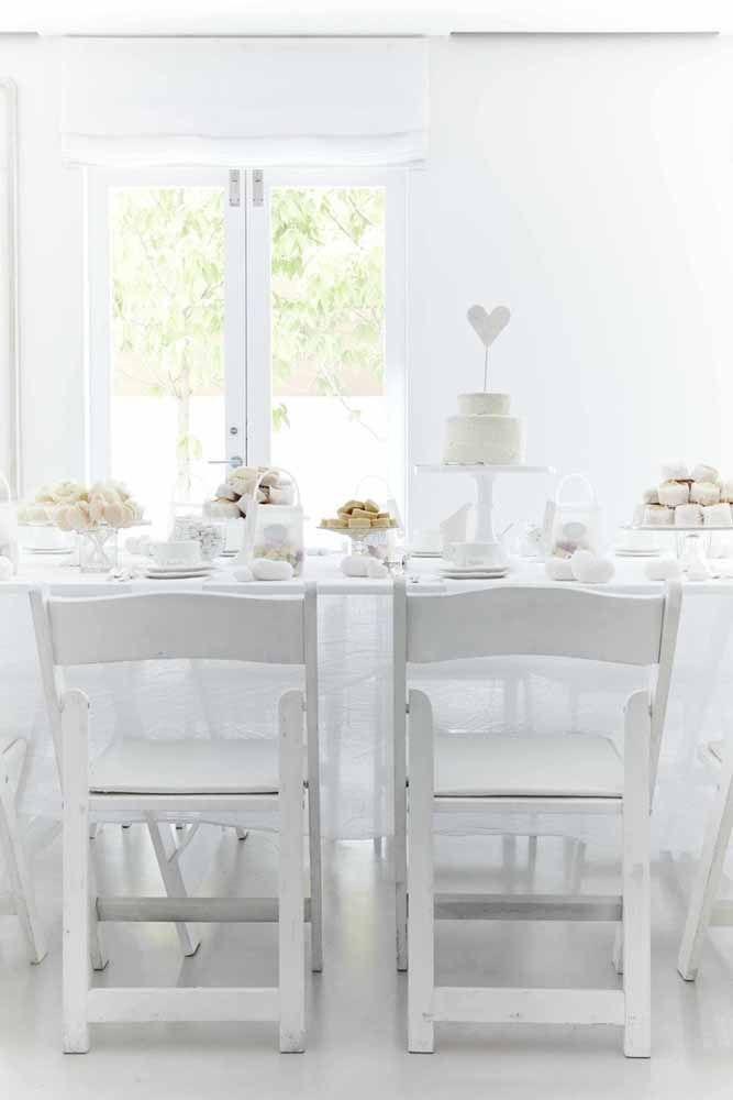 E para uma decoração clean e delicada, aposte no branco como cor principal do chá de cozinha