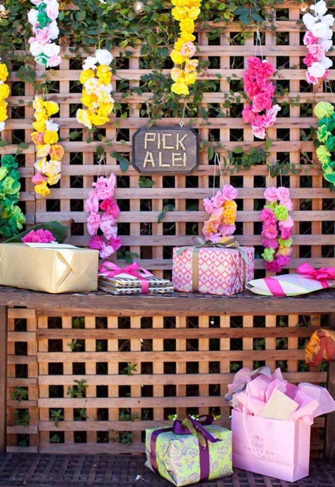 Um cantinho florido para receber os presentes do chá de cozinha