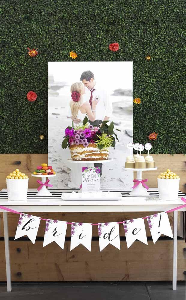 Um nakked cake e uma foto glamourosa do casal são o destaque dessa decor de chá de cozinha