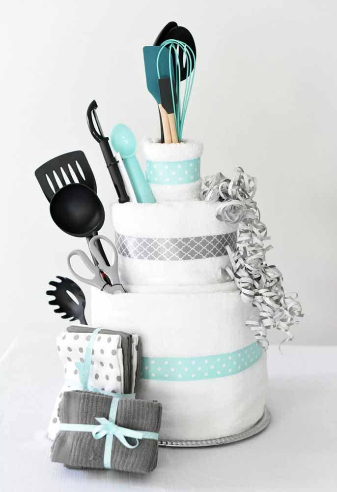 Criativo: um bolo feito de toalhas e utensílios domésticos
