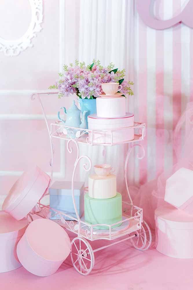 Carrinho cor de rosa para completar a decoração do chá