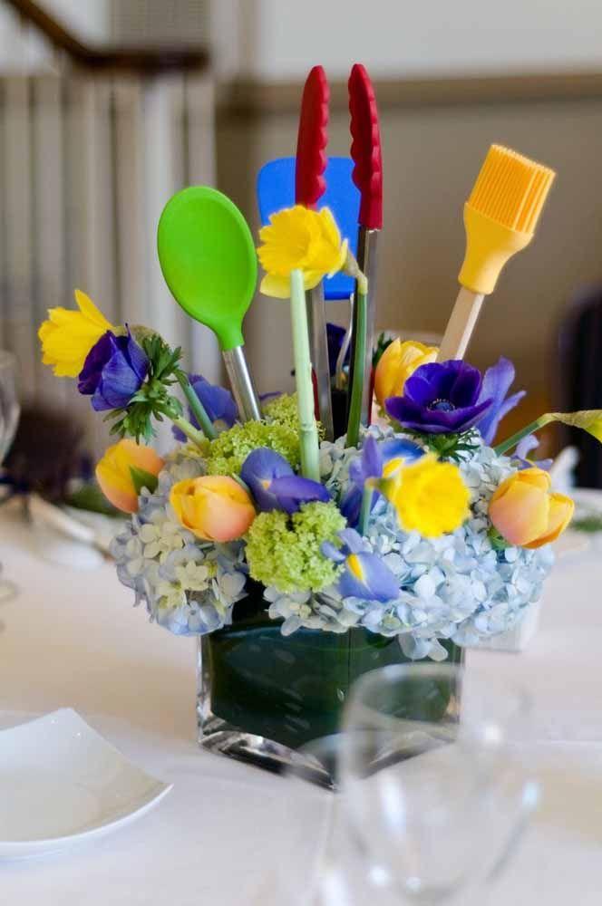 Flores e espátulas de silicone dividem as mesmas cores no arranjo