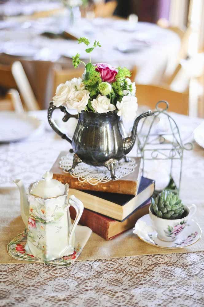 Bules e xícaras podem virar lindos vasos para a decoração do chá de cozinha