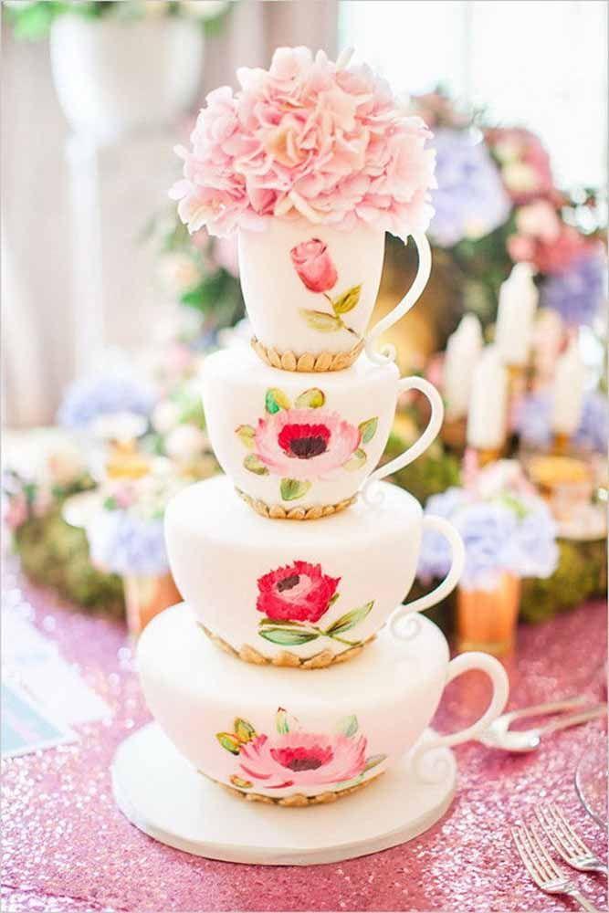 Uma torre de xícaras para lembrar o tradicional bolo de andar de casamento