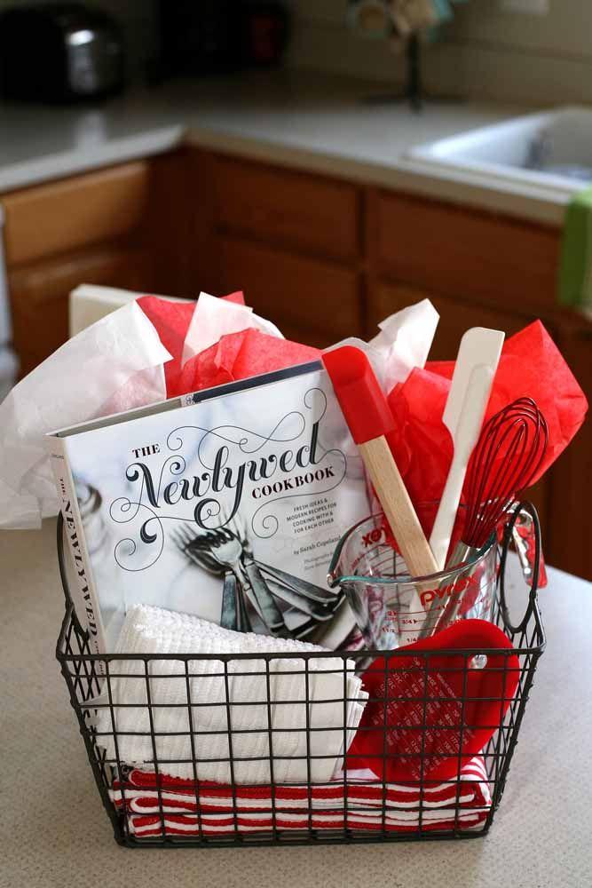 Cestinha aramada com itens básicos para sobreviver na cozinha
