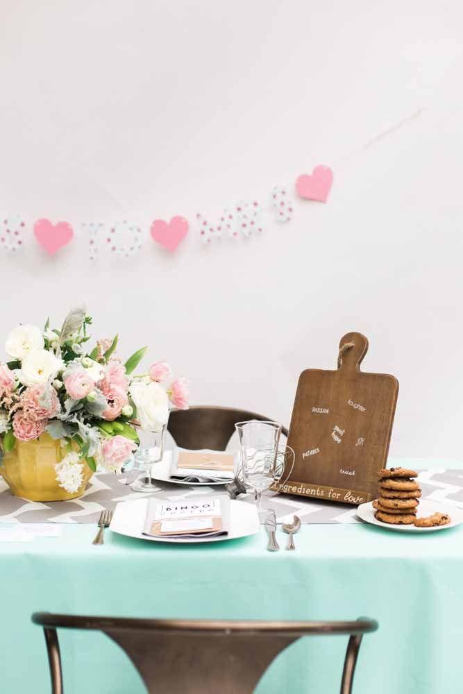 Ideia de mesa posta para o chá de cozinha: caso opte por servir um almoço ou jantar