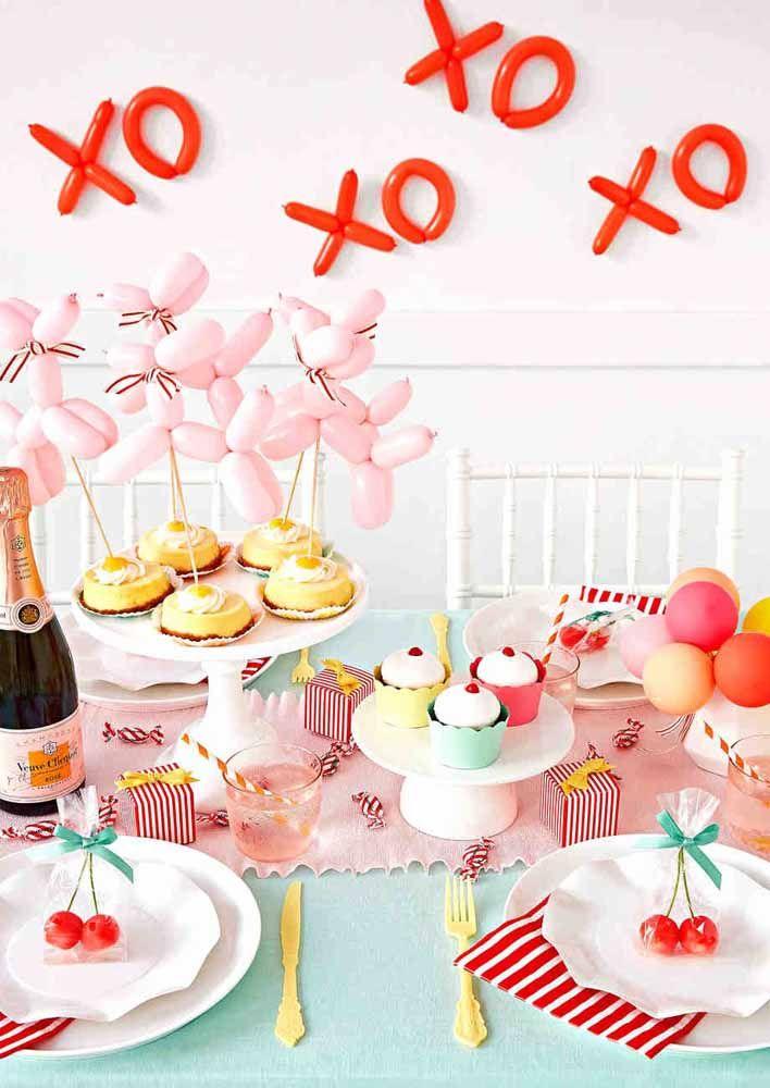 Chá de cozinha branco e vermelho decorado com balões e cupcakes