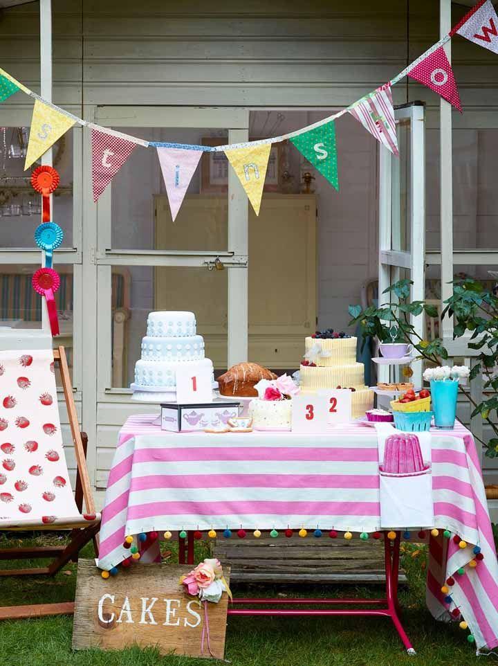 Já um chá de cozinha ao ar livre não precisa de muito, basta umas bandeirolas e a mesa de doces