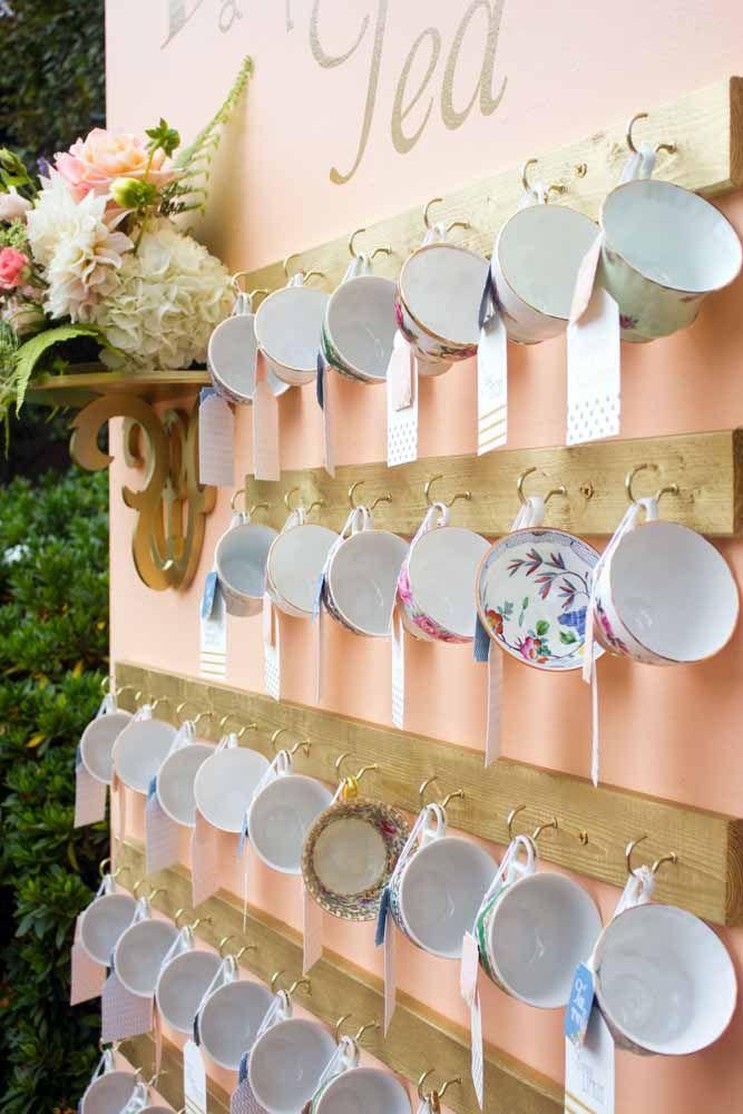 Painel de xícaras de porcelana para decorar; ao final da festa elas se transforam em lembrancinhas
