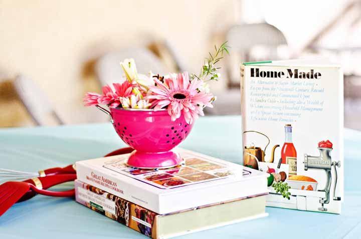 Livros de culinária e utensílios domésticos nunca são demais na decoração do chá de cozinha