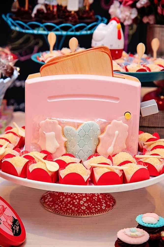 Torradeira colorida enfeita a mesa de doces