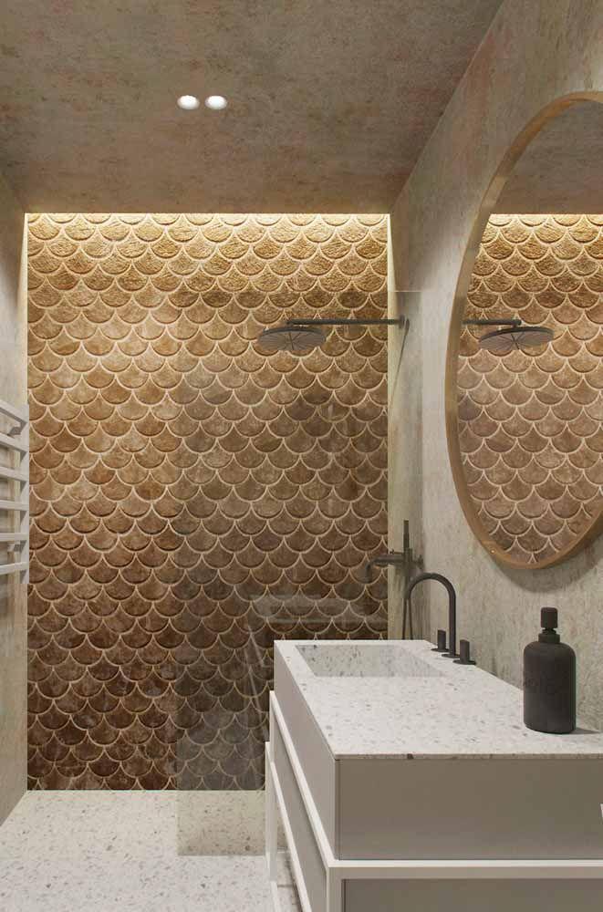 Nesse banheiro, a Silestone foi usada no chão e na bancada; para harmonizar com as leves granulações da pedra, pastilhas da mesma cor na parede