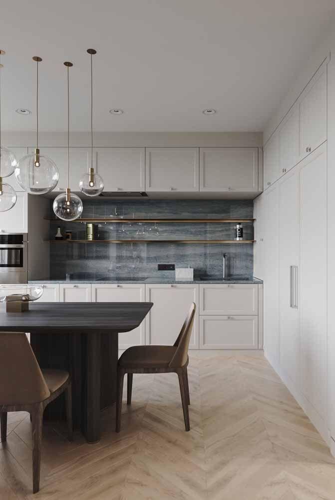 A cozinha de marcenaria branca clássica contou com uma bela e brilhante versão de Silestone cinza