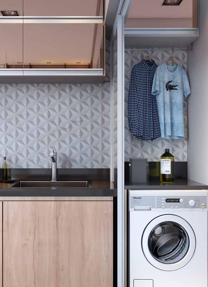 A Silestone preta faz a união entre a cozinha e a área de serviço