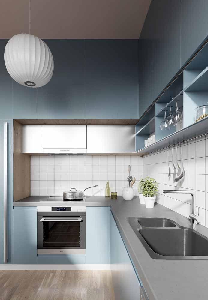 Para essa cozinha azul, a opção foi a Silestone cinza