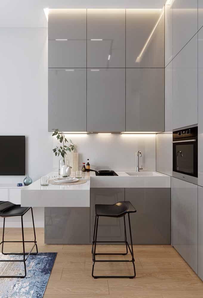 Clean, de linhas retas e tons neutros: uma típica cozinha moderna e minimalista valorizada pela bancada de Silestone branca