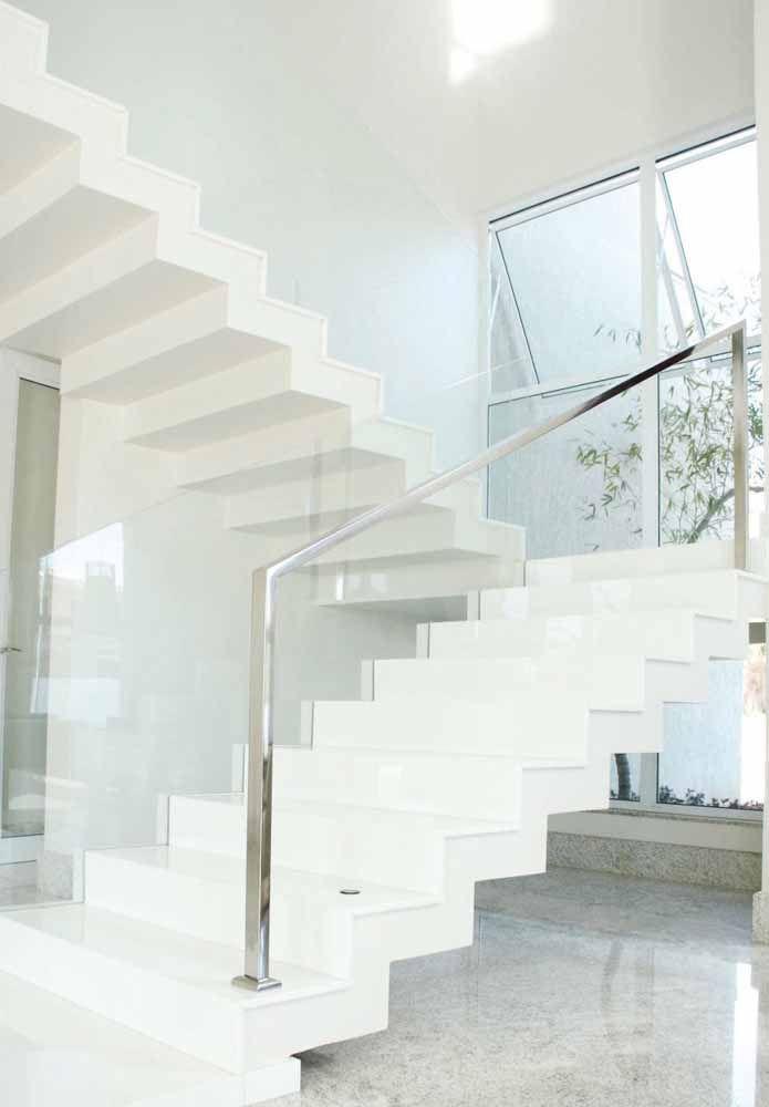 Uma escada branca pra lá de elegante