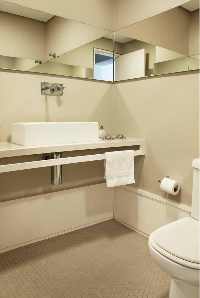 Para o banheiro de tons claros e neutros, uma bancada branca de Silestone