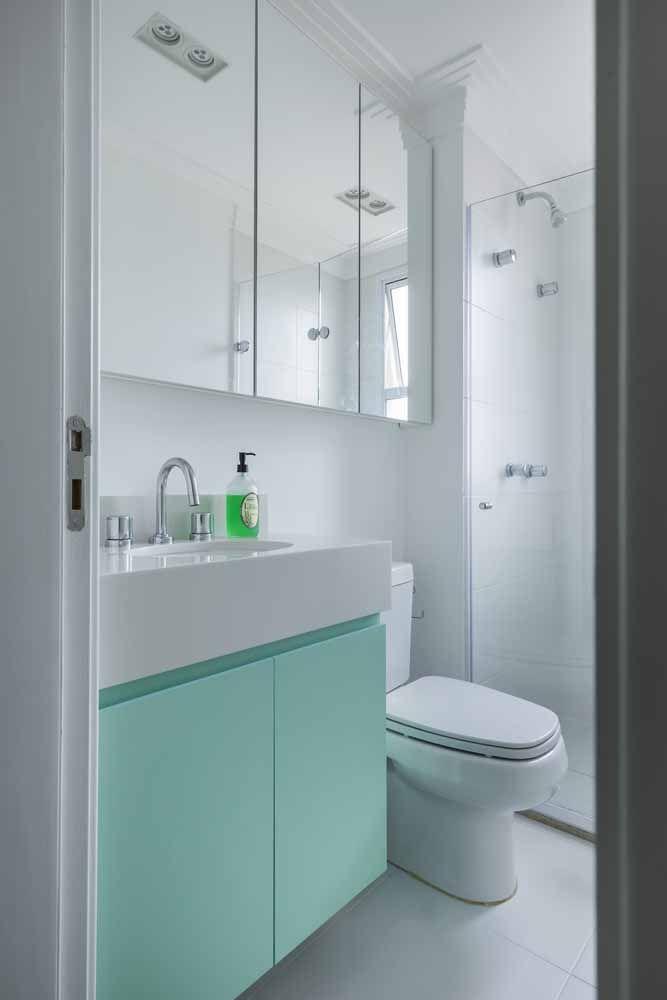Contraste cheio de frescor entre o branco da bancada de Silestone e o azul celeste do armário