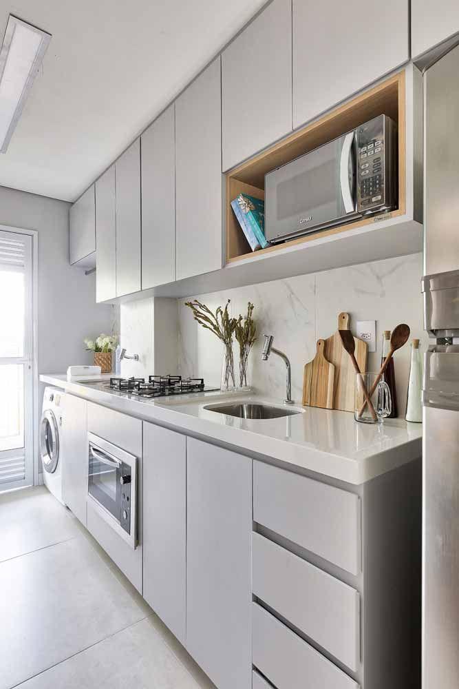 Combinação entre branco e cinza para uma cozinha moderna; conte com a ajuda da bancada de Silestone para reforçar o efeito dessas cores