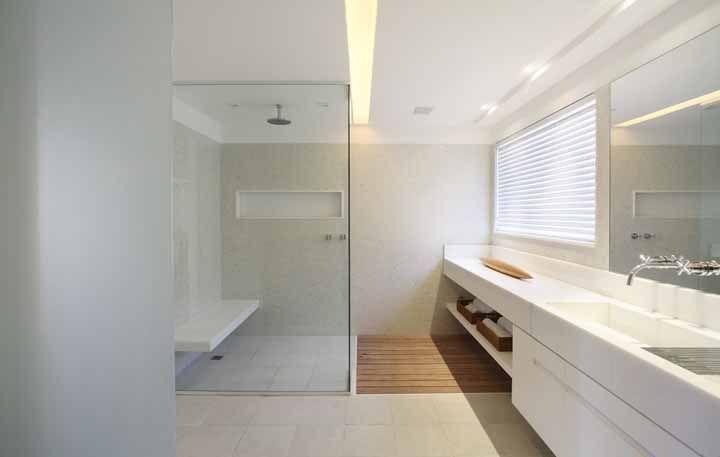 De fora a fora: essa bancada de Silestone branca se estende por toda a parede do banheiro.