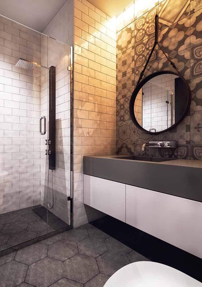 Para esse banheiro, a solução foi uma bancada totalmente lisa e uniforme; visual obtido com o uso da Silestone preta